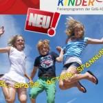 Hüpfende Kinder vor blauem Himmel
